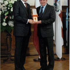 Sveicam Viktoru Rošonoku saņemot valsts apbalvojumu